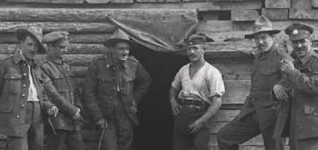 Bûcherons canadiens, soldats anglais et prisonnier allemand en gare de Saint-Ma…